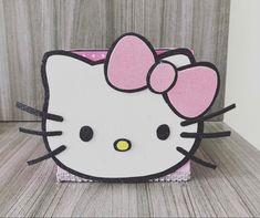 Ideal para guardar todo lo que necesitas tener a la mano en el escritorio Hello Kitty, Best Youtubers, Kids Rugs, Desktop, Manualidades, Kid Friendly Rugs, Nursery Rugs