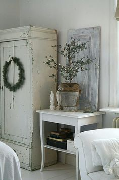 What is shabby chic? You have seen pieces of furniture with old paint showing through, but there is more to it. The style started in England reminding of the decor often found in large stately country houses with old furniture that ha Shabby Vintage, Vintage Decor, Country Interior Design, Simply Shabby Chic, French Country Cottage, Vintage Interiors, Country Decor, Decoration, Painted Furniture
