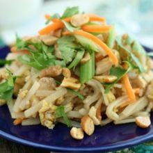Chicken Pad Thai {Family Friendly} at laurenslatest.com