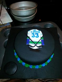 Canucks Jersey Vancouver Canucks, Painting For Kids, Hockey, Cupcakes, Desserts, Food, Kids Coloring, Tailgate Desserts, Cupcake Cakes