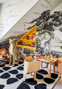 Drenched in color and pattern, the London home of de Gournay scion Hannah Cecil Gurney is a love letter to her family's intoxicating wallpapers Hand Painted Wallpaper, Painting Wallpaper, Wallpaper Ideas, Safari Theme Nursery, Nursery Themes, Themed Nursery, Nursery Ideas, Drink Table, A Table