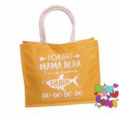Auf der Suche nach einem Muttertagsgeschenk? Gerne gestalten wir auch dein personalisiertes Muttertagsgeschenk. Einkaufstasche, Jutetasche Mama Shark, Reusable Tote Bags, Grandma And Grandpa, Personalized Gifts, Woodworking Toys, Cuddling, Searching