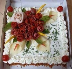 kulatý dort bud skrojíme špičku a vydlabeme a naplníme(bra Entree Festive, Sandwich Torte, Meat Cake, Salad Cake, Creative Food Art, Food Garnishes, Garnishing, Food Carving, Food Decoration