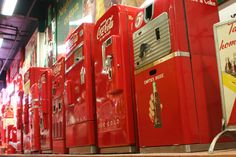 Google Image Result for http://upload.wikimedia.org/wikipedia/commons/2/28/Vintage_Coca-Cola_Vending_Machines_2.jpg