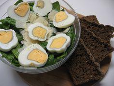 Insalata di spinaci, uova e grana con pane nero