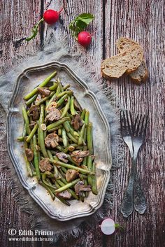 Fasole verde cu ciuperci la cuptor imbracate intr-un sos din otet balsamic, zahar, sos de soia si usturoi. Green Beans, Vegetables, Cooking, Food, Christmas, Inspiration, Green, Salads, Kitchen