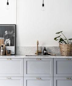 Gabinetes grises con encimeras de mármol.  / Sfgirlbybay
