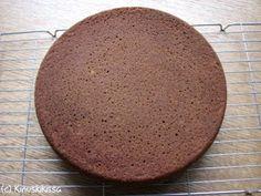 Tummia kakkupohjaohjeita löytyy sivustolta useampia. Itse käytän enää harvemmin perinteistä tummaa sokerikakkupohjaa vaan useimmiten päädyn mehevään suklaakakkupohjaan (joka nimestään huolimatta ei sisällä suklaata, vaikka suklaisen makuinen onkin). Jos kuitenkin haluaa herkutella aitoa suklaata sisältävällä kakulla, kannattaa ottaa kokeiluun tämä resepti. Se on muokattu klassisen Sacherkakun pohjasta. Tällä ohjeella korvaan aiemmin sivustolla olleen suklaakakkupohjan reseptin. Taikina: […]
