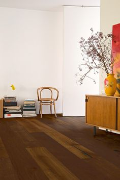 Quick-Step Parquet Flooring - Imperio 'Caramel oak oiled, planks' (IMP1625) in a modern living room. To find more living room inspiration, visit our website: https://www.quick-step.co.uk/en-gb/room-types/choose-the-perfect-living-room-flooring #salon #woonkamer