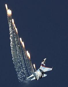 ✈️ Sukhoi Su 27 discharging flares.