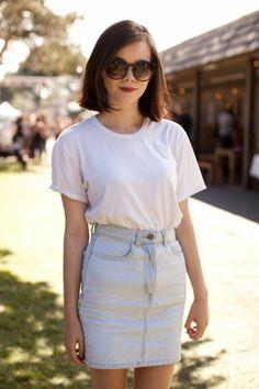 la jupe mi-longue femme en denim, t shirt blanc lunettes de soleil noirs