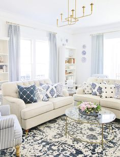 Blue And White Living Room, Blue Living Room Decor, Coastal Living Rooms, Blue Home Decor, Blue Living Room Furniture, Blue And White Pillows, French Living Rooms, Home Decoration, Living Room Pillows