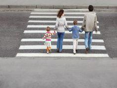 SEGUROS PRIZA te dice Enseñe a los niños a: No jugar ni ir distraídos mientras van por la calle, pues el tránsito puede ser peligroso si no se saben cuidar. Poner mucha atención en las salidas de vehículos y fijarse bien que no venga alguno entrando o saliendo.