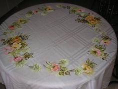 Linda toalha de mesa para quatro cadeiras de tecido de etamine acetinado com pintura com lindo ramos de rosas e lindo croche com linha esterlina. Fino acabamento.