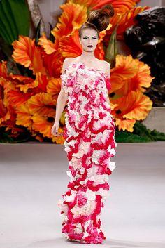 Christian Dior - Haute Couture Fall Winter - Shows - Vogue. Haute Couture Paris, Haute Couture Fashion, Christian Dior Couture, John Galliano, Galliano Dior, Dior Fashion, Fashion Week, Fashion Show, Fashion Design
