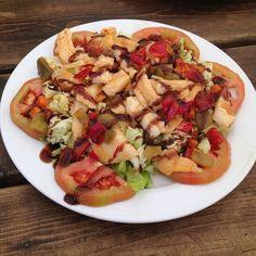 Ensalada templada de bacalao ;))) Lleva lechuga, tomate, un sofrito de cebolla, zanahoria, pimiento rojo y verde, bacalao desmigado, aceite ...