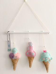 Triangl-Dr.Mráček-Zmrzlinky Triangl Zmrzlinky v pastelových barvách vhodný jako dekorace na pověšení do dětského pokojíčku.Šířka 30cm