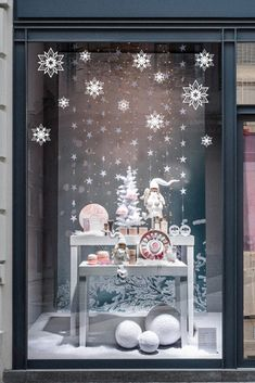 Display Window, Store Window Displays, Christmas Deco, Xmas, Visual Merchandising Displays, Window Dressings, Decoration Table, Winter White, Facade