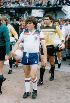 Scotland 0 England 2 in May 1980 at Hampden Park. Kevin Keegan leads England out for a comfortable win Retro Football Shirts, Football Jerseys, Kids Soccer, Play Soccer, England Kit, Kevin Keegan, Hampden Park, England Football, Women's World Cup