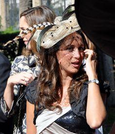 #Invitada en beige y negro by #AngelSchlesser Cowboy Hats, Beige, Fashion, Fascinators, Sombreros, Brides, Black, Moda, Fashion Styles