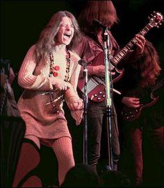 Janis Joplin with Big Brother & The Holding Company at Monterey Pop, June 1967 Janis Joplin, Acid Rock, Rock And Roll, Jimi Hendricks, Monterey Pop Festival, Singer Songwriter, Moda Hippie, Big Brother, Foto Poster
