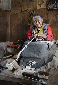 Remedios Varo - female mexican surrealist painter- For some reason this makes me smile Knitting Humor, Knitting Projects, Knitting Patterns, Knit Art, Art Du Fil, Yarn Bombing, Vintage Knitting, Fiber Art, Needlework