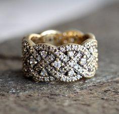 息をのむような輝きを放つ、美しいヴィンテージ風のバンドリング。 このリングは、全くハンドメイドで、ユニークなウェディングリングだけではなく、誕生日、記念日などのプレゼントとしてもぴったりです。商品の詳細⌘ 18kソリッドゴールド⌘ ホワイトダイヤモンド 約1mm、明度VS、色度G⌘ フル・エターニティー⌘ バンドの幅 約9mm☆!ダイヤモンドは、コンフリクトフリーです!☆写真のリングは、ローズゴールドですが、ホワイトゴールド、イエローゴールドでも作成できます。【注意点】※16号以上を希望する方は、購入前にご連絡ください。━━━━━━━━━━━━━━━━━━━━━━━━━━━━━━━━━━━━━━゚・*☆ご質問があれば、遠慮なくお問い合わせください☆*・゚━━━━━━━━━━━━━━━━━━━━━━━━━━━━━━━━━━━━━━商品は、受注製作となっておりますので、お支払い後に作製を開始します。製作には14~21日営業日いただいております。ご理解の程よろしくお願いします。スロベニアから世界中へ発送しておりますので、海外にお住まいの方でも安心して注文できます。