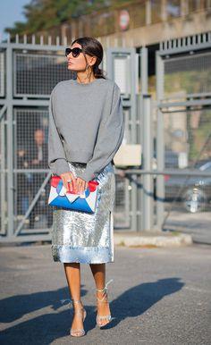 Giovanna Bataglia usa moletom oversized cinza, saia prata, sandália prata, clutch colorida e óculos de gatinho preto