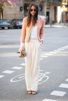 Meia estação / inverno - Calça pantalona off white + camisa branca + jaqueta rose / nude + salto básico