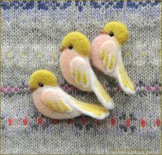 Купить Нежная птичка розово-салатовая брошь валяная войлочная шерстяная в интернет магазине на Ярмарке Мастеров