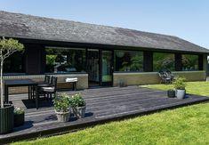 Træterrasse med plads til hverdag og fest Outside Living, Outdoor Living, Scandinavian Garden, Smart Home Design, Shed Homes, Plads, Fest, Play Houses, House Colors