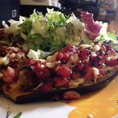 Barquete de beringela com linguiça toscana refogada e salada verde  Baked eggplant with italian sausage and green salad. #keto #lowcarb #vidalowcarb #viverlowcarb #desafio180dias #meunovocorpo by umnovocorpoem180dias