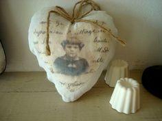 Coussin marque porte à la fillette dans un coeur
