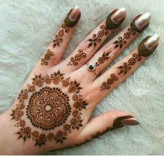 These stuning simple mehndi designs will suits you on every occassion. In Indian culture, mehndi is very important. On every auspicious occasion, women apply mehndi to show the importance of the occasion. Henna Hand Designs, Eid Mehndi Designs, Tribal Henna Designs, Mehndi Designs For Girls, Beautiful Henna Designs, Mehndi Patterns, Simple Mehndi Designs, Henna Tattoo Designs, Hena Designs