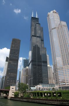 Les grandes villes du monde entier sont de plus en plus peuplées. Les architectes rivalisent donc d'ingéniosité pour construire des bâtiments toujours plus hauts. SooCurious vous propose aujourd'hui de partir pour un voyage fascinant à la découverte des gr...