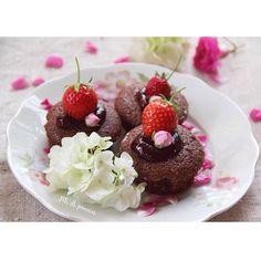 Chocolate minicakes with strawberries jam