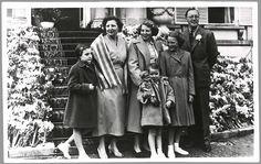 De koninklijke familie onderaan het bordes van paleis Soestdijk, omringd door bloemen, op de 44-ste verjaardag van koningin Juliana