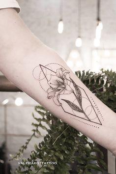 Iris Tattoo, Et Tattoo, Sternum Tattoo, Piercing Tattoo, Flower Tattoos, Tattoo Drawings, Tiger Lily Tattoos, Piercings, Pretty Tattoos