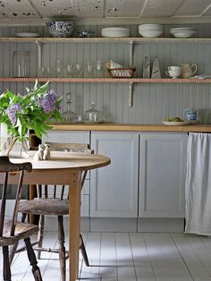 Gråblått och milda pasteller i våra drömmars torp (Elledecoration. Open Plan Kitchen Diner, Kitchen Stories, Beautiful Kitchens, Diy Kitchen, Home Decor Inspiration, Interior Design Living Room, Interior Styling, Hygge, Vintage