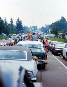 O caminho para a fazenda de Max Yasgur na cidade de Bethel, estado de Nova York, Estados Unidos, onde aconteceu o Festival de Woodstock, em foto de Henry Diltz.  Veja mais em: http://semioticas1.blogspot.com/2011/12/viagem-de-woodstock.html