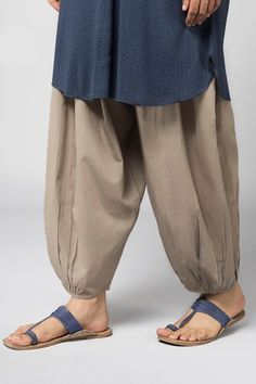 ideas fashion ilustration indian wear salwar kameez for 2019 - College-Look Dress Neck Designs, Designs For Dresses, Blouse Designs, Pakistani Dresses Casual, Pakistani Dress Design, Salwar Pants, Salwar Pattern, Kurti Sleeves Design, Salwar Designs