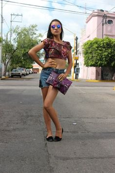 Crop top $90.00 Clutch morada con transparencia $70.00