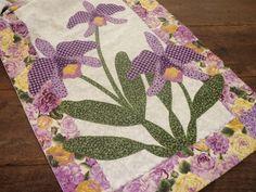 Caminho de mesa em patchwork e aplicacao em tecido 100% algodao, pontos decorativos em um compose encantador! R$87,00