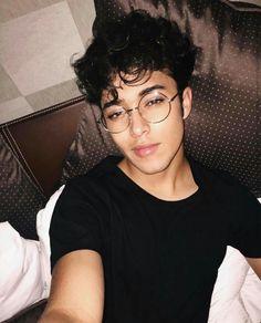 ooh damnnn he looks good with his glasses here arghhhhh