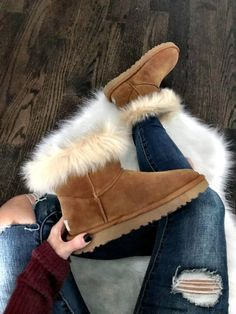 57 Fall Winter Boots To Wear Asap shoes womenshoes footwear shoestrends boots uggs Ugg Boots Outfit, Ugg Style Boots, Look Fashion, Winter Fashion, Net Fashion, Runway Fashion, Trendy Fashion, Fashion Trends, Winter Stil