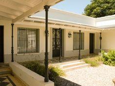 The metal poles and the grill style Fachada Colonial, Casa Patio, Spanish Villas, Hacienda Style, Indoor Outdoor, Outdoor Decor, Garden Pool, Tropical Houses, Home Deco
