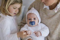 Chupetes Night & Day para bebés de 0 a 6 meses con tetinas anatómicas de silicona y anillas luminiscente sque brillan en la oscuridad.  Tetina anatómica de silicona. De 0 a 6 meses. Se presentan en un pack de dos unidades, un chupete especial para el día y otro chupete para la noche aunque ambos chupetes disponen de la anilla luminiscente que brilla en la oscuridad para encontrar el chupete fácilmente en la cuna del bebé si se le cae.