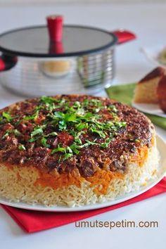 """Büryan Pilavı"""" pilav olmaktan çok öte. Bildiğin ana yemek esasında. Ve o kadar bereketli ki, önümüzde çok zaman olmasına rağmen,Allah ömür verirse, Ramazan ayında yemek davetlerim için bu tarifi hazırlamayı düşünüyorum... Yanına bolca salata ve cacıkla mükemmel bir üçlü olacağı fikrindeyim. Aklımızın bir köşesinde dursun,vakti gelince gereğini yerine getirelim..."""""""