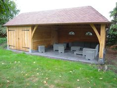 Eiken tuinhuis met ontspannend lounge gedeelte. Poort voorzien bijpassend beslag.