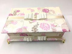Caixa Kit toalete para festas de casamento ou aniversário.  Possui bordado das iniciais do noivos bordadas na tampa ou da aniversariante e pés de resina.  Incluso produtos e embalagens personalizadas.  Temos outros tecidos.  Tamanho 33cm x 25cm x 6cm